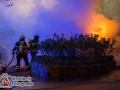 Ein Flammeninferno weckte Anwohner der Puvogelstraße in der Nacht zum Donnerstag auf. Ein Wohnmobil war in Brand geraten und brannte lichterloh bei Eintreffen der Feuerwehr. Nur mit mehreren Rohren konnte die Feuersbrunst bekämpft werden. Umstehende Fahrzeuge, sowie eine Gebäudewand wurden stark durch die Hitzestrahlung beschädigt. Bei einem weiteren Wohnmobil fanden die Polizisten Grillanzünder auf einem Reifen. Glücklicherweise hatte dieser Brandsatz nicht gezündet und das WOhnmobil blieb verschont. In der vergangenen Woche gab es schon einen ähnlichen Vorfall in der Puvogelstraße. Auch hier zündete der Brandsatz am Wohnmobil nicht. Verletzt wurde niemand. Die Polizei hat die Ermittlungen nach dem Täter aufgenommen. Eine Sofortfahndung mit mehrere Streifenwagen blieb leider erfolglos. Foto: Dominick Waldeck