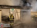 Gegen 00:30 Uhr bemerkten Anwohner hellen Flammenschein aus der Straße Osterrade. Eine Tischlerei stand in Vollbrand. Der Zugführer löste die 2. Alarmstufe aus und die Feuerwehr war somit mit mehr als 70 Einsatzkräften vor Ort. Die Lagerhalle konnte nicht mehr gerettet werden, aber das angrenzende Geschäftshaus wurde gehalten. Lediglich in das Erdgeschoss drangen Rauch un Flammen, die aber schnell gelöscht wurden. Verletzt wurde zum Glück niemand. Die Feuerwehr setzte 3 C-Rohre und 3 B-Rohre sowie zwei Wenderohre über Drehleiter ein. Foto: Dominick Waldeck