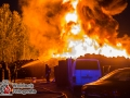 In der Nacht zu Freitag kam es in der Gustav-Adolf-Straße zu einem Großbrand bei einem Reifenhändler. Ein Reifenstapel mit einer Fläche von ca. 200m² fing aus unbekannter Ursache Feuer und brannte lichterloh. Die Bahnstrecke Hamburg-Lübeck musste zeitweilig aufgrund der enormen Rauchentwicklung gesperrt werden. Die Feuerwehr war mit einem Großaufgebot an Kräften vor Ort und musste mehrere Hundert Meter Schlauchleitung verlegen. Ob es einen Zusammenhang mit dem G20-Gipfel gibt, ist bislang unbekannt. Foto: Dominick Waldeck