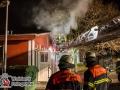 Aus ungeklärter Ursache geriet ein Wirtschaftsgebäude der Asylunterkunft am Waldweg in Brand. Es kam zu einer starken Rauchentwicklung. Das Feuer wurde mit 3 Rohren im Innenangriff bekämpft. Verletzt wurde niemand. Brandursache bislang unklar. Foto: Dominick Waldeck