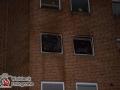Anwohner der Ebeersreye meldeten gegen 21:40 Uhr eine starke Rauchentwicklung von einem Balkon auf der Rückseite eines Gebäudes. Aufgrund der starken Verrauchung des Treppenhauses war der Fluchtweg für viele Bewohner abgeschnitten, sodass die Feuerwehr auf Feuer mit Menschenleben in Gefahr alarmierte. Bei Eintreffen der Einsatzkräfte stand eine 2 Zimmerwohnung im ersten Obergeschoss bereits im Vollbrand und die Flammen schlugen in die darüberliegende Etage. Mit zwei C-Rohren konnten die Männer und Frauen der Feuerwehr den Brand unter Kontrolle kriegen. Insgesamt 30 Bewohner wurden aus dem Haus evakuiert. Durch den hohen Personalbedarf erhöhte der Einsatzleiter auf die 2. Alarmstufe, sodass ca. 50 Kräfte vor Ort waren. Auf dem Balkon der Brandwohnung fanden die Feuerwehrleute eine tote Person. Ob es sich bei der Leiche um die Bewohnerin handelt muss noch, ebenso wie die Brandursache geklärt werden. Foto: Dominick Waldeck