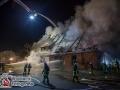 Gegen 22 Uhr meldeten Anwohner eines Bauernhauses in Bliestorf ein Feuer in ihrem Haus. Mit einem Feuerlöscher wurde noch ein Löschversuch unternommen, der allerdings erfolglos blieb. Das Feuer hatte sich schon zu doll im Dachstuhl der alten Bauernkate ausgebreitet. Bei Entreffen der ersten Feuerwehrkräfte stand der Dachstuhl lichterloh in Flammen, sodass die Alarmstufe erhöht wurde. Mit zehn Feuerwehren und ca. 90 Rettern versuchte man der Lage Herr zu werden. Dies gelang nur mit einem massiven Außenagriff über mehrere Rohre und das Ratzeburger Teleskopmastfahrzeug. Der Einsatz dauerte noch bis in die Nachtstunden an. Foto: Dominick Waldeck