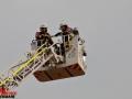 Dachstuhlbrand nach Blitzeinschlag in Norderstedt-Friedrichsgabe. Harkshörner Weg ca. 17:30 Uhr. 90 Feuerwehrleute im Einsatz. 3 Rohre im Innenangriff, 1 weiteres über die Drehleiter. keine Verletzten. Foto: Dominick Waldeck