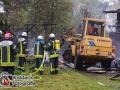 24.10.2016 ca. 9:30 Uhr - Quickborn, Berckholtzstraße - Aus ungeklärter Ursache brach ein Feuer auf dem Gelände einer alten Munitionsfabrik aus und zerstörte Teile eines hölzernen Unterstandes. Da die Rauchentwicklung anfangs enorm war, wurde der 3. Alarm ausgerufen. Die Feuerwehr aus Bilsen konnte jedoch auf der Anfahrt abbrechen, denn die Feuerwehren aus Quickborn und Hasloh hatten den brand schnell unter Kontrolle. Mit 40 Mann wurde der Brand bekämpft und anschließend die Überreste mit Schaum geflutet. Verletzt wurde niemand. Foto: Dominick Waldeck