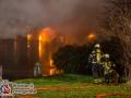 Gegen 18 Uhr ging ein Notruf bei der Feuerwehr in Bargteheide ein. Ein Feuer in einem Spänebunker war ausgebrochen. Als die ersten Kräfte eintrafen, hatte sich das Feuer bereits über die Dachkonstruktion auf weite Teile des 10x80m großen Gebäudes ausgebreitet. EIn Innenangriff war nicht mehr möglich, deswegen setzte die Feuerwehr mehrere Rohre im Außenangriff ein.  Es wurde die Alarmstufe auf FEU4 erhöht, sodass mehr als 100 Kräfte aus mehreren Wehren im Einsatz waren. Das Feuer konnte nach knapp 4 Stunden unter Kontrolle gebracht werden.  Da man Gefahrgüter in der Halle vermutete wurde der Löschzug-Gefahrgut ebenfalls an die Einsatzstelle beordert.  Foto: Dominick Waldeck