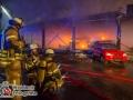 Gegen 23:30 Uhr fiel einer Polizeistreife im Reinfelder Gewerbegebiet Flammenschein auf. Sie suchten zunächst die Ursache und fanden im Feldweg eine in voller Ausdehnung brennende Lagerhalle vor. Durch die IRLS(Integrierte Rettungsleitstelle) in Bad Oldesloe wurden die Feuerwehren Reinfeld, Stubbendorf und Bad Oldesloe alarmiert. Aufgrund der fortgeschrittenen Brandausbreitung in der 30x50m großen Lagerhalle wurde die Alarmstufe auf FEU4 erhöht. Dadurch waren sieben Feuerwehren mit ca. 100 Kräften im Einsatz. Unter anderem die Feuerwehr Hamberge, Seefeld, Lübeck und Barnitz. Die Oldtimer, die in der Halle gelagert waren, konnten leider nicht gerettet werden. Ein Übergreifen auf die benachbarte Speditionshalle konnte aber verhindert werden. Brandursache unklar. Foto: Dominick Waldeck