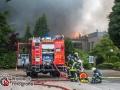 Schweißarbeiten der Dachdecker lösten einen Großeinsatz der Feuerwehr in Schenefeld aus. Mehr als 300 Einsatzkräfte von Feuerwehr, Rettungsdienst und THW sind im Einsatz gegen die Flammen in der Tennishalle sowie dem angrenzendem Nebengebäude.  EIne Person konnte kurz nach Eintreffen durch die FF Schenefeld gerettet werden. Weitere Menschen wurden zum Glück nicht verletzt. Die Rauchsäule war bis in weite Teile Hamburgs zu sehen. Auf einem angrenzendem Hof eines Autohauses brannten zehn Fahrzeuge durch die enorme Hitzestrahlung aus.  Die Halle stürzte trotz des massiven löscheinsatzes in sich zusammen. Die Bürgermeisterin Christiane Küchenhof machte sich vor Ort ein Bild der Lage und sprach mit den Einsatzkräften. Foto: Dominick Waldeck