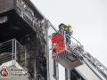 Ein Grillunfall hat am Freitagmittag einen größeren Einsatz der Hamburger Feuerwehr gefordert. Der Grill setzte Möbel und andere Gegenstände auf dem Balkon im 5. Obergeschoss in Brand. Das Feuer breitete sich sehr rasch aus und griff auf die Fassade und das Dach über. Verletzt wurde niemand. Die Brandbekämpfung erfolgte mit einem Wenderohr über Teleskopmast und drei C-Rohren im Innenangriff. Foto: Dominick Waldeck