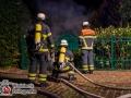 In Hamburg-Wellingsbüttel kam es am späten Sonntagabend zu einem Feuer im Jägerstieg. Flammenschein rieß die Anwohner aus dem Schlaf. Mit Feuerlöschern und Eimern versuchte man noch die Flammen zu bekämpfen, doch der Brand hatte den ganzen Schuppen bereits eingenommen. Außerdem waren noch zwei 11kg- Propangasflaschen im Gartenschuppen, was die Lage um einiges gefährlicher machte. Die Feuerwehr löschte deshalb mit nötigen Abstand über 2 C-Rohre den Brand. Die Gasflaschen wurden gekühlt und kontrolliert abgeblasen. Verletzt wurde zum Glück keiner. Die Brandursachenermittlung hat die Polizei aufgenommen. Es war nicht der erste Brand in der Gegend in den vergangenen Monaten. Foto: Dominick Waldeck