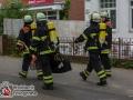 Am Sonntagnachmittag kam es in der Küche der Grillstube an der Bargteheider Straße zu einem Feuer. Die Abluftanlage hatte Feuer gefangen. Eigentlich ein Routineeinsatz für die Feuerwehr, doch diesmal ging etwas schief. Als die Feuerwehrmänner am Löschen waren, bemerkte einer plötzlich einen stechenden Schmerz. Geschmolzenes Aluminium war auf seine Jacke und Ohren getropft und verursachten Verbrennungen. Die Jacke wurde zerstört, aber schützte den Feuerwehrmann vor Verbrennungen. Lediglich am Ohr zog er sich Verbennungen zu. Er kam zur ambulanten Behandlung in ein Krankenhaus. Das Feuer konnte schnell mit einem CO-Löscher bekämpft werden. Foto: Dominick Waldeck