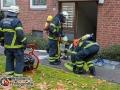 Im Kerbelweg in Hamburg-Ohlsdorf kam es gegen 13 Uhr zu einem Wohnungsbrand. Das Feuer brach aus unbekannter Ursache in dem dreistöckigen Wohnhaus aus und konnte mit einem C-Rohr gelöscht werden. Anschließend wurde die Wohnung mittels hydraulischer Ventilation und einem Druckbelüfter entraucht. Zum Glück war kein Bewohner zur Zeit anwesend. Foto: Dominick Waldeck