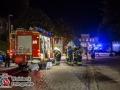 Auf dem bekannten Bio-Gut in Wulksfelde (SH) löste gegen 21:30 Uhr die automatische brandmeldeanlage aus. Die Feuerwehren aus Tangstedt und Wulksfelde rückten an und konnten eine starke Rauchentwicklung im Bereich der Bäckerei feststellen. Vier Mitarbeiter hatten sich vor Eintreffen schon selbst retten können. Sie klagten über Reizungen der Atemwege und mussten mit dem Verdacht auf eine Rauchgasvergiftung in ein Krankenhaus. Die Feuerwehr Wilstedt und Hamburg-Duvenstedt wurden nachgefordert, da sich das Feuer schwer lokalisieren ließ. Mittels Wärmebildkamera konnte dann das Brandnest in der Zwischendecke über einem Ofen festgestellt werden. Mit einem kombinierten Innen- und Außenangriff über vier Rohre konnte das Feuer letztendlich bekämpft und weiterer Schaden vermieden werden. Insgesamt waren ca.. 70 Einsatzkräfte im Einsatz. Foto: Dominick Waldeck