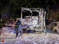 In der Weidestraße geriet aus bislang unbekannter Ursache ein Wohnmobil in Brand. Durch die Hitzestrahlung fingen drei weitere PKWs an zu brennen. Bei Eintreffen der Feuerwehr explodierte eine Gasflasche und flog durch die Luft. Die Flasche schlug nur wenige Meter neben den Einsatzkräften ein. Mit einem Schaumangriff konnte man das Feuer schnell bekämpfen und eine weitere Ausbreitung verhindern. Die Brandursache ist nun Ermittlungsgegenstand der Polizei. Foto: Dominick Waldeck