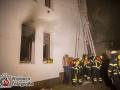 Ein Zimmerbrand löste in der Nacht zu Samstag einen Großeinsatz der Feuerwehr aus. Aus bislang ungeklärter Ursache geriet ein Zimmer im Erdgeschoss eines dreistöckigen Mehrfamilienhauses in der Reinholdstraße in Brand. Das Feuer breitete sich schnell auf das anliegende Treppenhaus aus und versperrte den Anwohnern die Flucht nach draußen. Über eine Drehleiter und durch das verqualmte Treppenhaus mussten sie gerettet werden. Dazu nutzten die Feuerwehrleute sogenannte Fluchthaube, die das Atmen im Brandrauch ermöglichen. Insgesamt wurden 15 Personen, darunter 4 Kinder gerettet. Einige kamen zur Untersuchung in ein Krankenhaus. Die Feuerwehr war mit ca. 70 Einsatzkräfte inklusive Rettungsdienst vor Ort. Foto: Dominick Waldeck