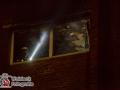 Aufregung um kurz nach Mitternacht in der Straße Schwalbenplatz. Im einer Obergeschosswohnung war aus bislang ungeklärter Ursache ein Feuer ausgebrochen. Der Bewohner entdeckte das Feuer rechtzeitig und konnte die Wohnung mit einem Schock verlassen. Als die alarmierte Feuerwehr kurze Zeit später eintraf waren bereits Feuerschein und Rauch aus der Wohnung sichtbar. Noch beim Aufbauen der Schlauchleitung zündete das Feuer durch und die Wohnung stand im Vollbrand. Flammen und schwarzer Rauch schlugen aus dem Fenster. Das Feuer konnte aber über einen kombinierten Außen- und Innenangriff schnell gelöscht werden. Eine weitere Anwohnerin wurde ebenfalls rettungsdienstlich gesichtet, um eine Rauchgasvergiftung auszuschliessen. Foto: Dominick Waldeck