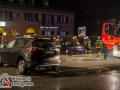 Aus bislang unbekannter Ursache kam es auf der langenhorner Chaussee kurz hinter der Flughafenstraße zu einem schweren Verkerhsunfall zwischen einem SUV und einem Audi. Der Audifahrer wurde bei dem Unfall eingeklemmt und musste durch die Feuerwehr mit schwerem technischen Gerät befreit werden. Insgesamt wurden drei Menschen verletzt. Der Unfallhergang ist bislang noch unklar. Foto: Dominick Waldeck