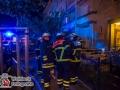 Ein Mann wurde am Samstagabend bei einem Feuer im Budsensweg in Hamburg-Hamm schwer verletzt. Er erlitt lebensbedrohliche Verbrennungen am Körper und musste durch die Feuerwehr aus der brenndenden Wohnung befreit werden. Zwei Mieter aus der darüber liegenden Wohnung wurden über das Teleskopmastfahrzeug ebenfalls gerettet. Das Feuer, ein ausgedehnter Zimmerbrand konnte durch die Feuerwehr schnell gelöscht werden.  Foto: Dominick Waldeck