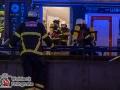 Ein Zimmerbrand direkt gegenüber dem Pinkpalace (ehemals Eros) sorgte am Donnerstagabend für Trubel unter den Feiernden. Das Feuer brach aus bislang ungeklärter Ursache aus und musste mühsam gelöscht werden. Die Löscharbeiten gestalteten sich schwierig, da die Wohnung fast Messiehaft vollgestapelt war mit Sammelgut. Durch die Rauchentwicklung wurden drei Bewohner in ihren Wohnungen eingeschlossen. Sie mussten von der Feuerwehr mit Fluchthauben gerettet werden. Die Reeperbahn wurde Richtung Millerntor gesperrt. Foto: Dominick Waldeck