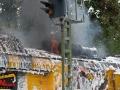 Hamburg-Eilbek, 04.08.2016 ca. 17 Uhr. Schienenfräse gerät zwischen S-Friedrichsberg und S-Wandsbeker Chaussee in Brand. Maschine brennt vollständig aus. Schwierige Löscharbeiten durch enorme Hitze im Inneren. Massiver Schaumangriff durch Feuerwehr. Schaden um die 10 Millionen € Foto: Dominick Waldeck