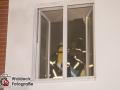 Die Feuerwehr Hamburg wurde in der Nacht zum Sonntag zu einem Feuer in die Haldesdorfer Straße gerufen. Beim Eintreffen stellten die Kräfte eine starke Rauchentwicklung in zwei Treppenaufgängen fest und begannen die Brandbekämpfung mit einem C-Rohr. Das Feuer im Keller konnte schnell lokalisiert und gelöscht werden. Mehrere Anwohner hatten sich durch das verrauchte Treppenhaus in Sicherheit gebracht. Lediglich eine Person mussten Atemschutzgeräteträger mit einer Fluchthaube retten. Alle blieben unverletzt. Foto: Dominick Waldeck