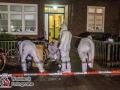 Gegen 20 Uhr am Samstagabend erreicht die Polizei Hamburg ein beunruhiger Notruf. Ein Mann soll einen Mitbewohner in einem Haus in der Poppenhusenstraße bedrohen. Die Polizei rückt mit zahlreichen Streifenwagen an und findet den Messermann schließlich im Hausflur vor. Dieser geht auf die Beamten los, die zuerst mit Pfefferspray versuchen den Angreifer zu stoppen. Als dies nicht gelingt, zieht ein Polizist seine Dienstwaffe und schießt. Der Mann wird schwer verletzt und muss unter Reanimation in ein Krankenhaus befördert werden. Die Kriminalpolizei hat die Ermittlungen aufgenommen, um den Vorgang aufzuklären. Foto: Dominick Waldeck