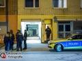 Am Dienstagabend kam es in der Bramfelder Straße zu einem Nachbarschaftsstreit zwischen einem Mann und einer Frau (47). Im weiteren Verlauf des Streits eskalierte dieser so weit, dass der Mann mit einem Messer auf die Nachbarin losging und sie verletzte. Der Mann flüchtete zunächst in unbekannte Richtung. Die verletzte Frau wurde in ein Krankenhaus transportiert und medizinisch versorgt. Da nicht auszuschließen war, dass der bewaffnete Täter in seine Wohnung geflüchtet war, rückte das Mobile Einsatzkommande MEK an. Die Spezialeinheit der Hamburger Polizei stürmte die Wohnung. Von dem Tatverdächtigen fehlte jedoch jegliche Spur. Die Mordkommission hat ihre Ermittlungen aufgenommen. Foto: Dominick Waldeck