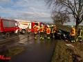 PKW kracht bei Itzstedt in Bushaltestelle aus Beton. Betondach bleibt auf PKW liegen. Fahrer eingeklemmt Foto: Dominick Waldeck