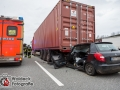 Am Freitagnachmittag kam es auf der Autobahn A1 in Höhe Moorfleet zu einem schweren Verkehrsunfall zwischen einem Skoda Fabia und einem LKW. Der Skoda fuhr aus bislang unbekannter ursache auf den LKW auf und steckte unter dem Auflieger fest. Feuerwehrleute mussten den eingeklemmten Fahrer aus seiner Zwangslage befreien. Er wurde durch einen Notarzt und den Notfallsanitätern der Feuerwehr Hamburg medizinisch erstversorgt und kam anschließend in ein Krankenhaus. Hinter dem unfall bildete sich ein kilometerlanger Stau, der glücklicherweise über die Fahrbahnen des Kreuz Ost halbwegs abgeleitet werden konnte. Die Polizei musste Autofahrer auffordern nicht zu Gaffen und weiter zu Fahren. Foto: Dominick Waldeck