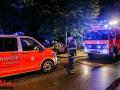 11.08.2016 ca. 23:15 Uhr - PKW Mercedes S-Klasse frontal gegen Straßenbaum auf Mittelinsel der Alsterkrugchaussee Höhe Orchideenstieg. Fahrzeug mit 5 Personen besetzt. Alle Verletzt. Zwei Personen Notarzt pflichtig. Eine Person eingeklemmt. Feuerwehr befreite Person aus Fahrzeug und versorgte alle. Ersthelfer versorgten auch die Verletzten. Ursache noch unklar, aber Kombination aus Nässe und überhöhter Geschwindigkeit gut möglich. ca. 35 Einsatzkräfte der Feuerwehr im Einsatz. Alsterkrugchaussee stadtauswärts komplett gesperrt Foto: Dominick Waldeck