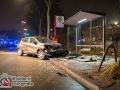 PKW rammt Parkenden und anschließend Bushaltestelle mit Wartenden - 1 Schwerverletzter - 5 Geschockte. Foto: Dominick Waldeck