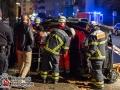 Auf der Tarpenbekstraße kam es gegen 01:00 Uhr am Sonntagmorgen zu einem schweren Raserunfall. Ein BMW 6er? war mit überhöhter Geschwindigkeit unterwegs und verlor, vermutlich beim Driften, die Kontrolle über den Wagen. Das Auto rammte drei geparkte PKW und ein Dixi-Klo. Der Fahrer konnte sich befreien und flüchtete in unbekannte Richtung. Eine große Suchaktion wurde durch Feuerwehr und Polizei eingeleitet, da nicht ausgeschlossen werden kann, dass der Fahrer nicht verletzt ist. Der Beifahrer musste von der Feuerwehr befreit werden und kam schwer verletzt in ein Krankenhaus. Laut Zeugenaussagen war das Auto nur geliehen. Der Halter fuhr in einem anderen Auto hinterher und musste alles mit ansehen. Fahrer und Halter kannten sich scheinbar erst kurz. Foto: Dominick Waldeck