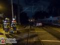 Aus bislang unbekannter Ursache bog ein Mann mit einem Car-Sharing Auto zu früh ab und landete im Gleisbett der Regionalbahn. Zum Glück herrschte kein Zugverkehr und der Mann konnte sein Auto verlassen. Die Feuerwehr zog das Fahrzeug mit Hilfe einer Seilwinde aus den Gleisen und parkte es am Straßenrand. Während der Bergungsmaßnahmen wollte ein Mann immer wieder den Bahnübergang überqueren und den Maßnahmen zuschauen. Nach mehrfachem Aufforderungen der Polizei den Bereich zu verlassen, versuchte der Mann es mit Anlauf. Er konnte durch die Polizisten gestoppt werden und wurde anschließend in Gewahrsam genommen. Foto: Dominick Waldeck