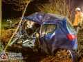 Am Dienstagabend kam es auf der Kayhuder Straße in Höhe des Heinrich-Sengelmann-Krankenhauses in Bargfeld-Stegen zu einem tödlichen Unfall. Ein Mitsubishi Fahrer um die 30 Jahre alt, kollidierte aus bislang unbekannter Ursache frontal mit einem Straßenbaum. Der Vorderwagen des Kleinwagen wurde massivst zusammengedrückt. Bei Eintreffen der ersten Einsatzkräfte war der Fahrer bereits tot. Er wurde mithilfe von schwerem technischem Gerät aus dem Wrack geborgen. Die B75 wurde mehrere Stunden gesperrt. Foto: Dominick Waldeck